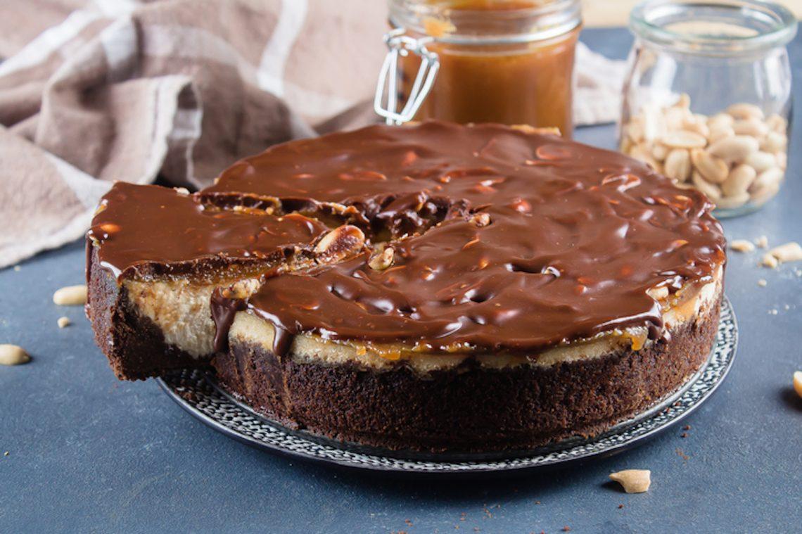 Snickers cheesecake: troppo buona per pensare alle calorie