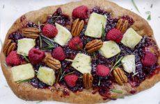 Pizza dolce con formaggio, frutti rossi e noci pecan