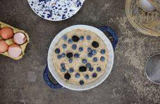 Torta soffice con ricotta, mirtilli e more