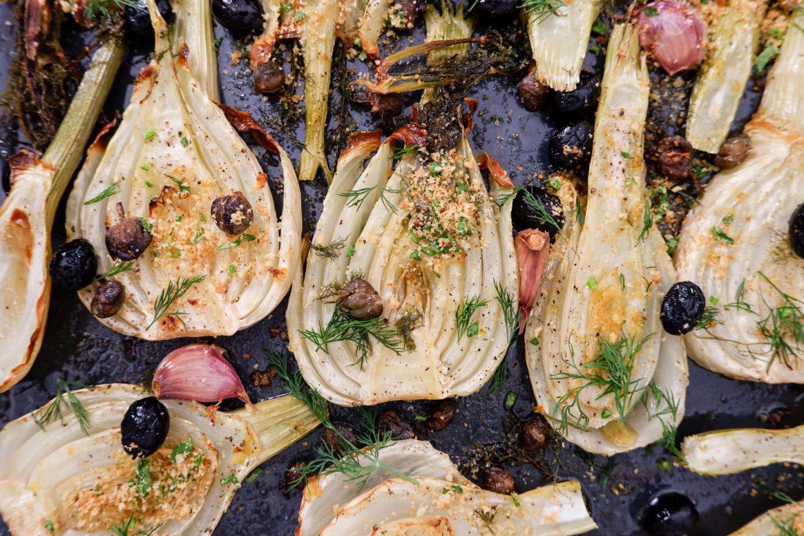 Finocchi al forno con olive, capperi e pane croccante