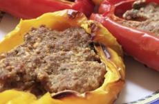 Peperoni con ripieno di carne e salsiccia